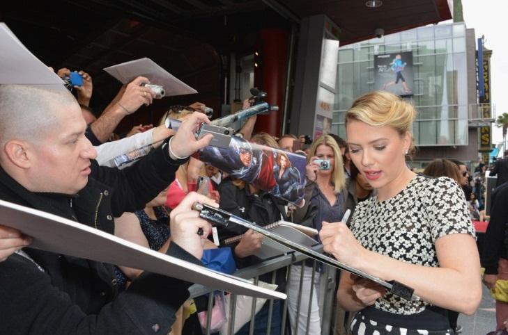 scarlett johansson walk of fame with fans